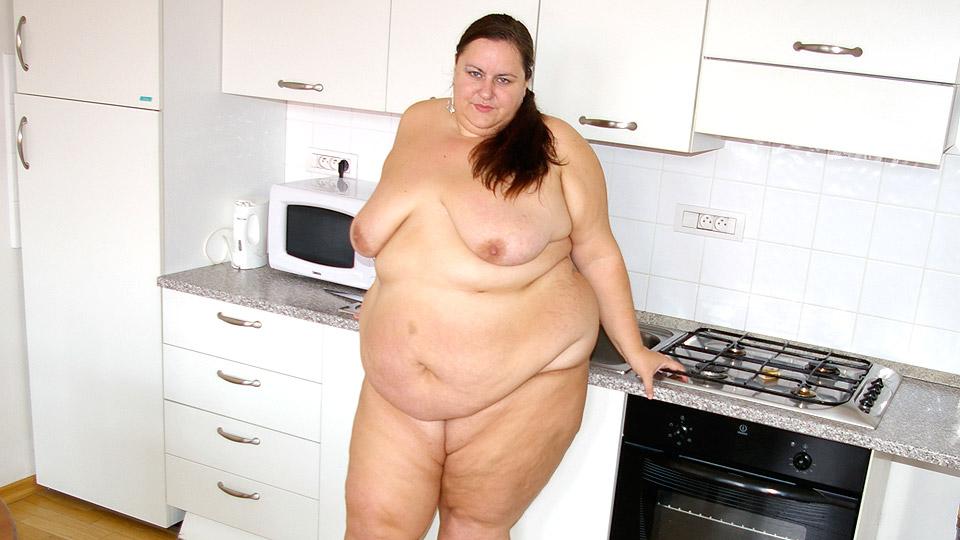 enorme vette oma laat zich neuken in de keuken
