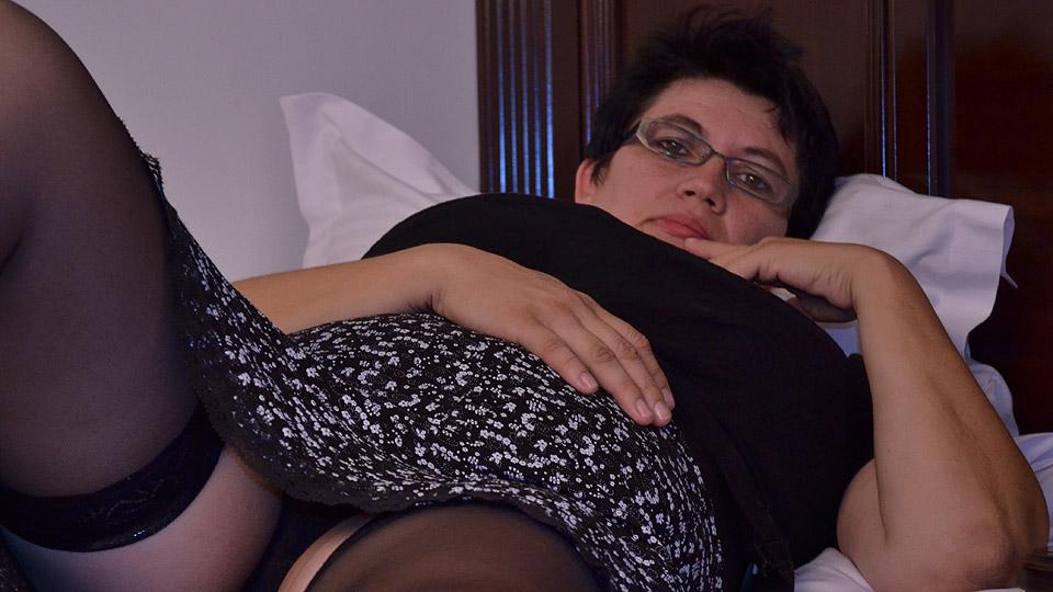 mollige oma doet aan priveontvangst in hotel
