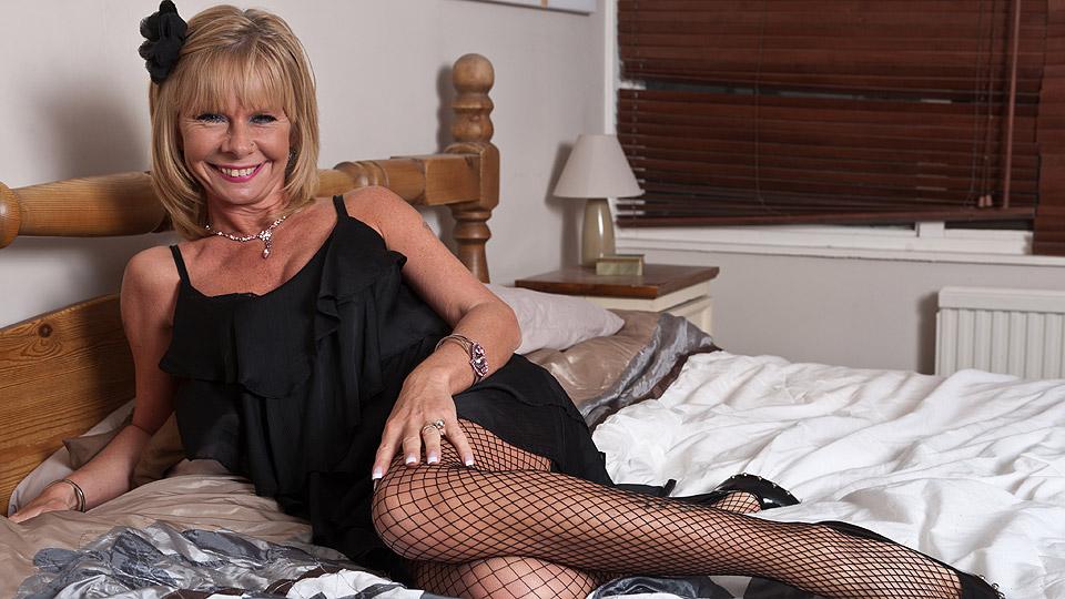 oma ligt in pikante kleren te wachten op sexdate