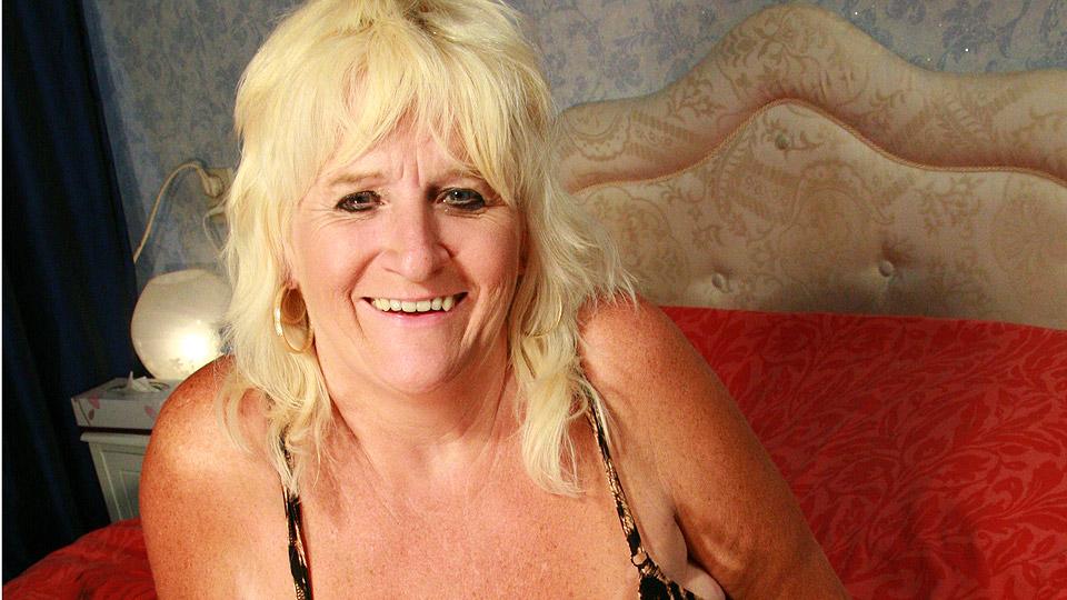 restaurant Oudere vrouw met grote borsten ontvangt een negerlul