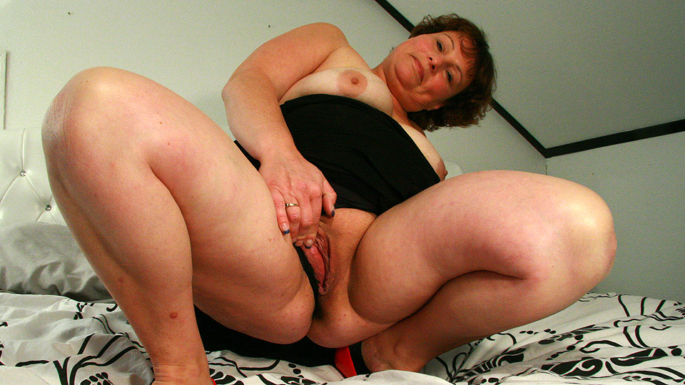 Big mama knows how to please herself 10