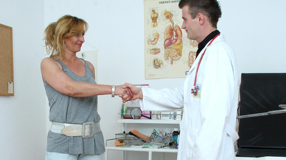 oma laat zich inwendig onderzoeken door dokter