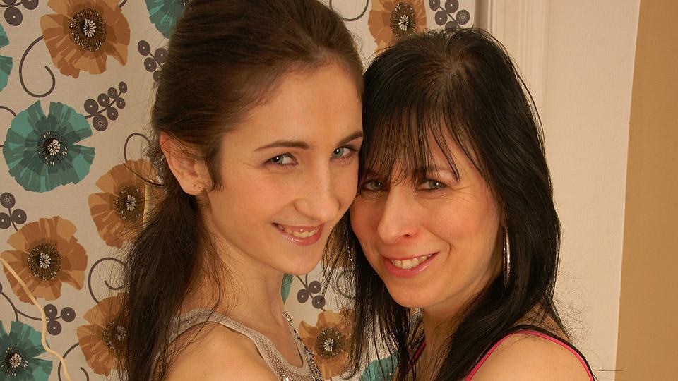 moeder laat haar behaarde vagina beffen door dochter