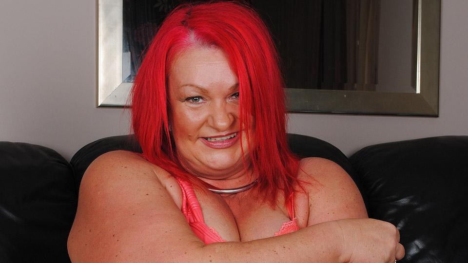 dikke roodharige oma met vingers in haar vette kut