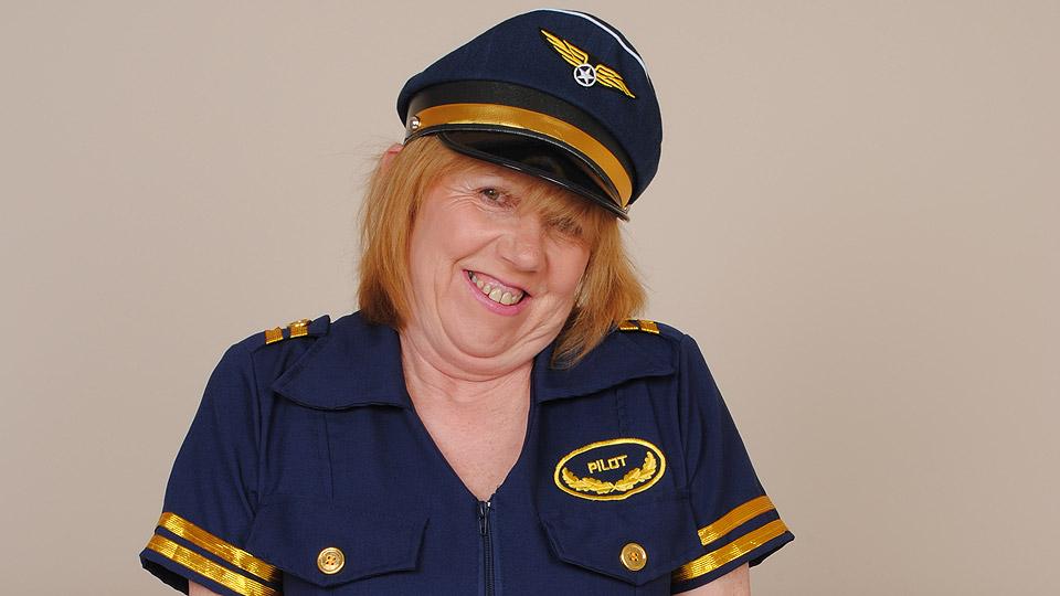 oma doet verkleedt als piloot rollenspel met mannen