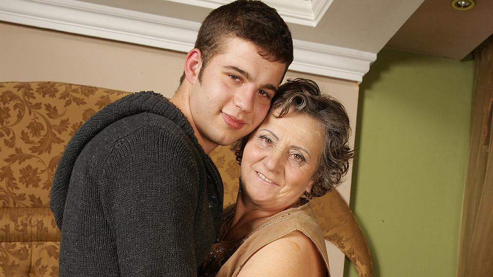 kleinzoon gaat zijn oma een stevige neukbeurt geven