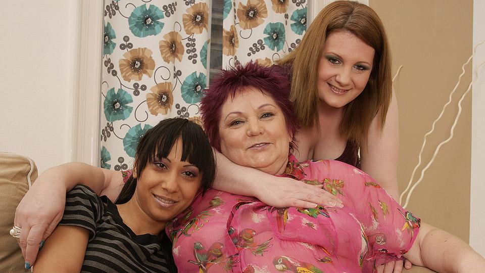 geile oma heeft lesbisch trio met kleindochter en haar ebony vriendinnetje