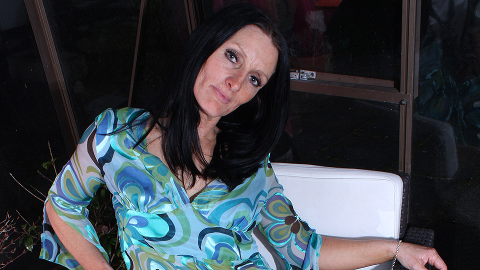 geile oma hoer heeft sex met mannen in hotelkamer