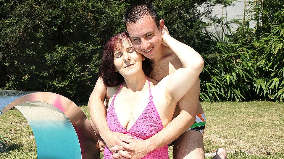 op vakantie heeft oma buitensex met haar kleinzoon