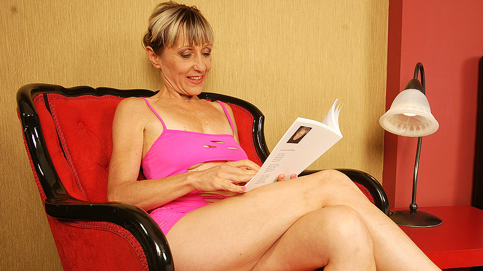 Bendy mature slut playing with herself