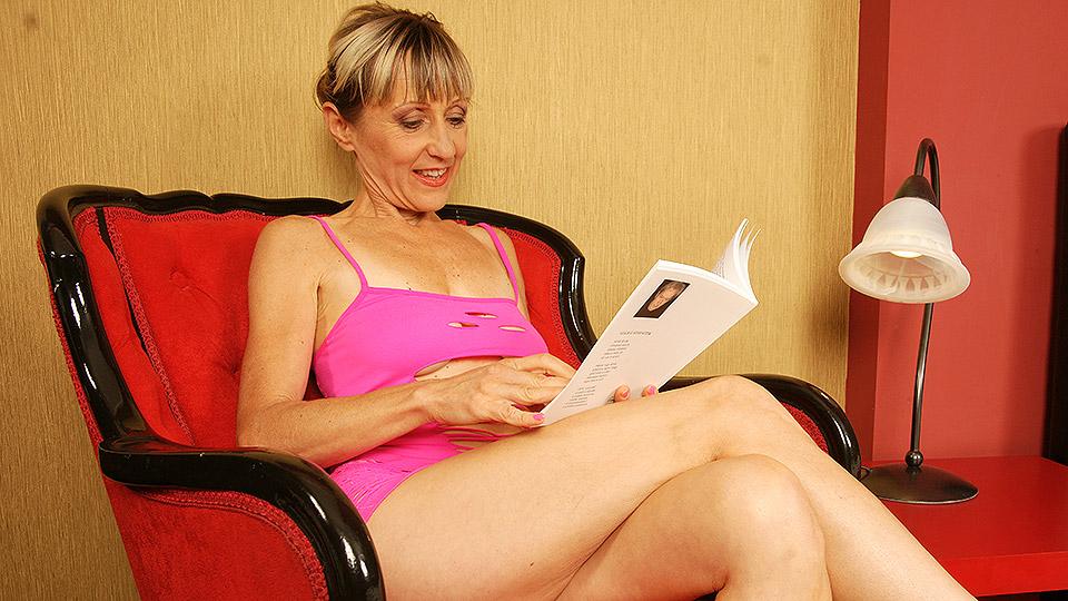 oma hoer leest boekje voordat haar eerste klant komt