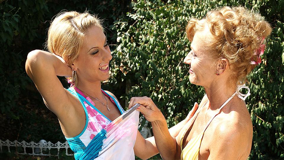 oma heeft lesbische buitensex met kleindochter