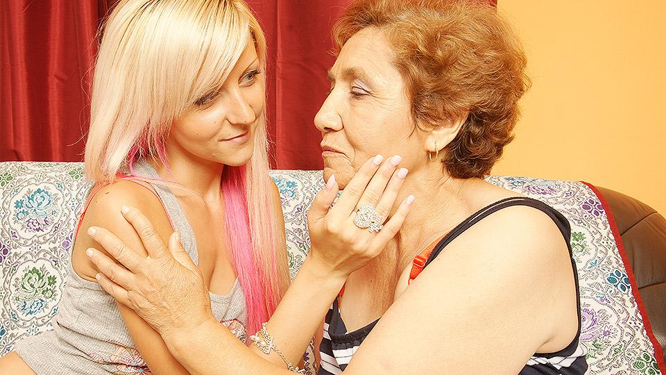 geile kleindochter gaat lesbische oma goed verwennen