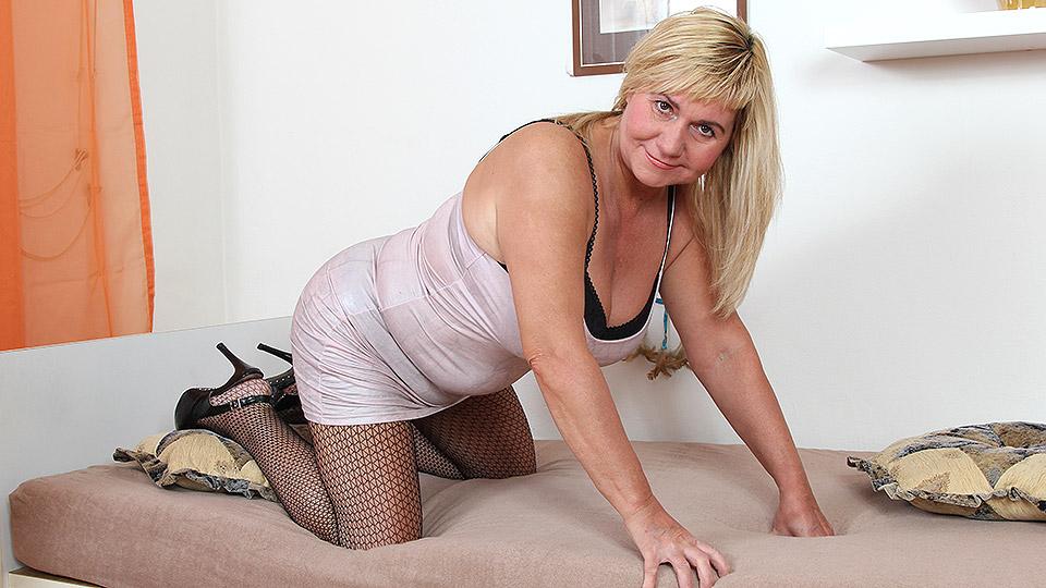 hoerenloper Blonde huisvrouw neukt geil pubertje