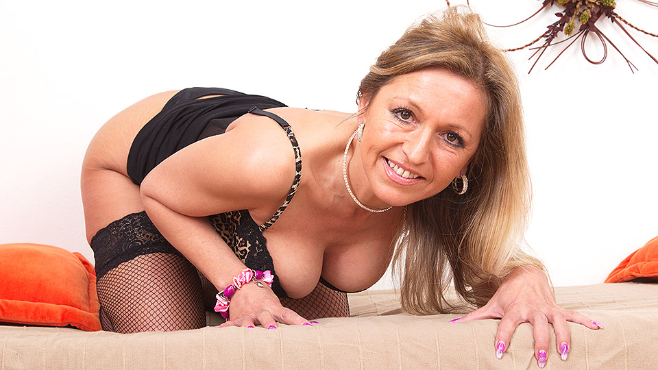 Hot MILF playing with her luscious body