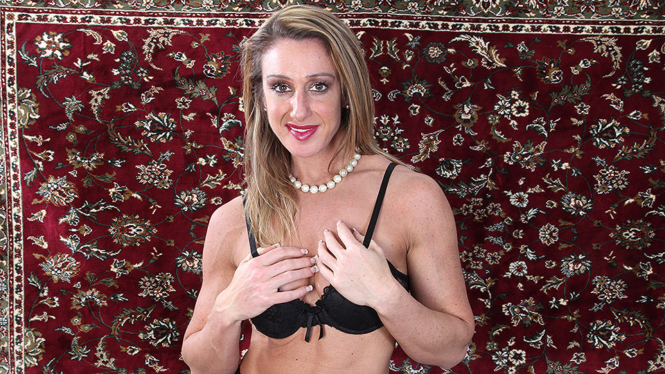 Muscular American housewife showing us her big lips and clit