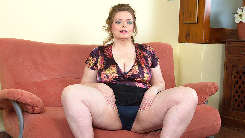Big breasted BBW playing with her shaved pussy