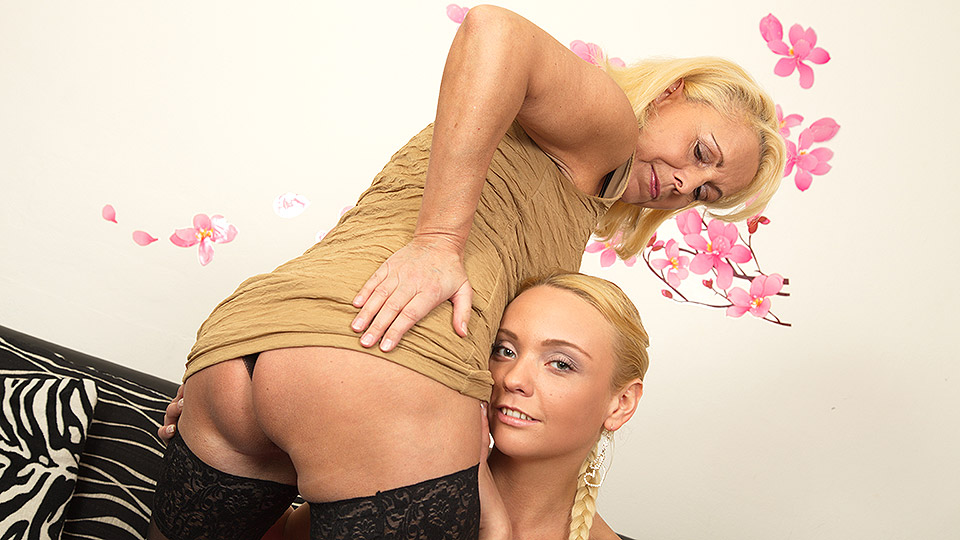 Hot blonde babe seducing a nuaghty lesbian housewife