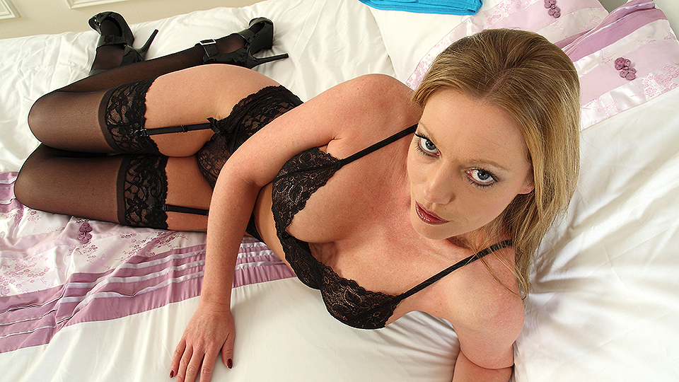 Hot British MILF Holly Kiss shwoing off her naughty side