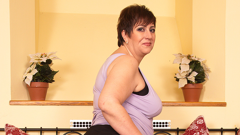 This horny mature BBW loves to play alone