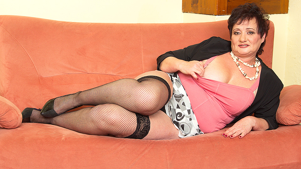 Chubby Mature lady fingering on the couch