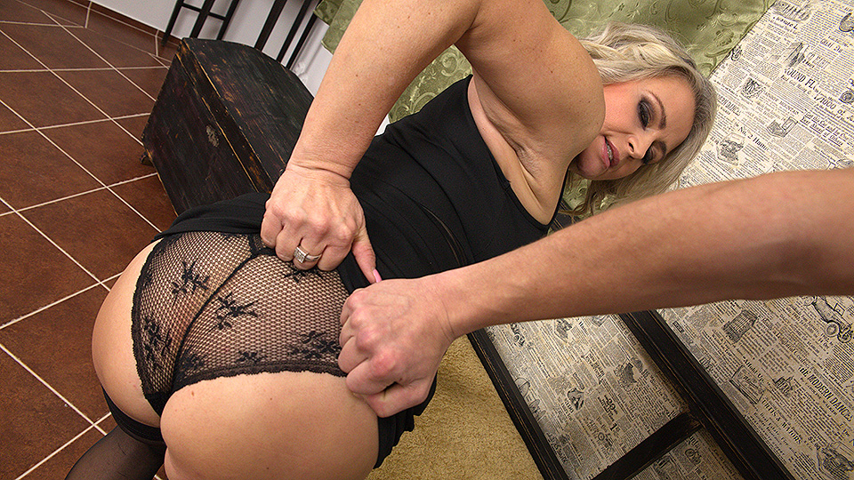 Hot MILF gets it in pov style