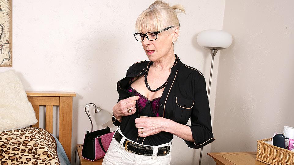 Horny British mature lady getting naughty