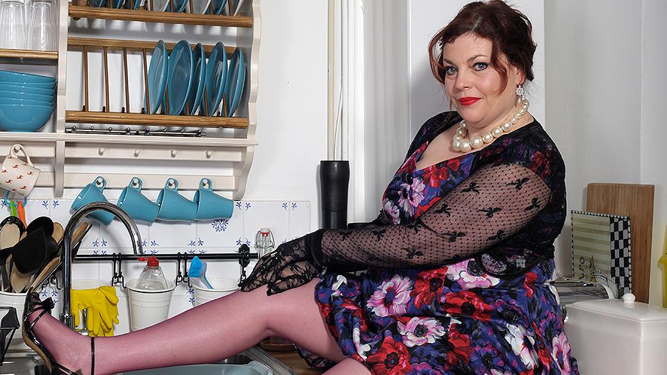 Naughty British mature BBW playing with herself