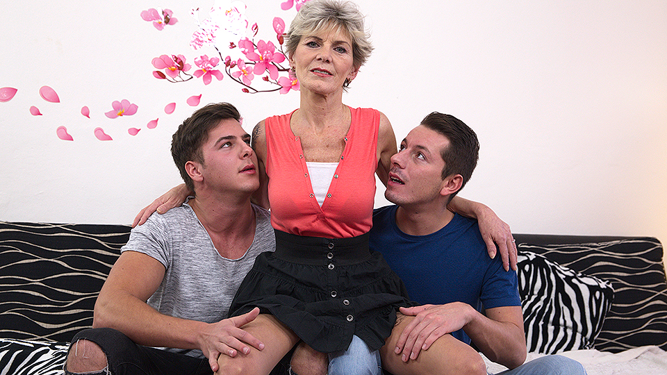 Mature bitch have fun with two guys