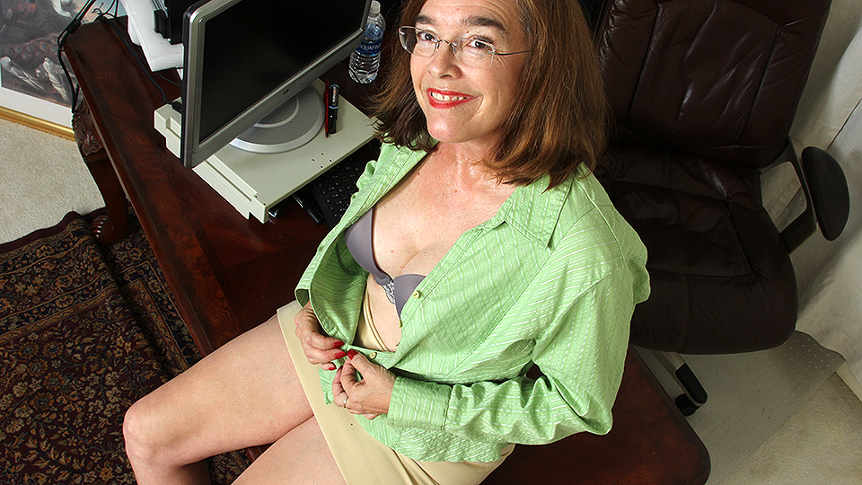 Hairy American mature lady playing with herself