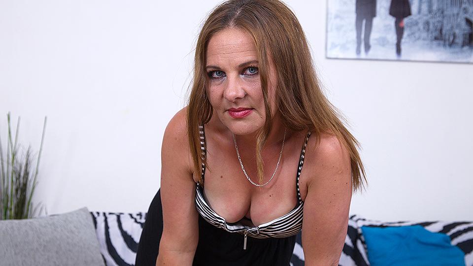 Naughty housewife masturbating on her cocuh