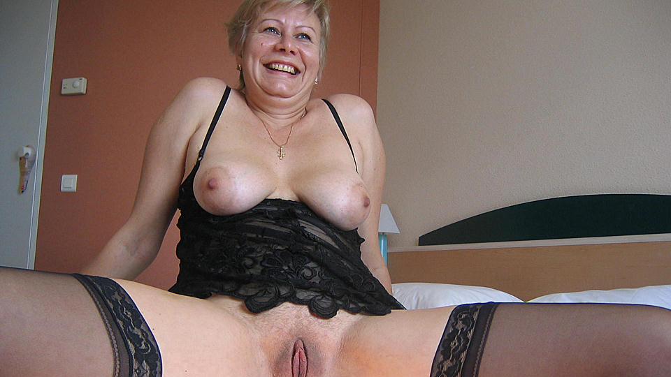 This horny mature slut creates a golden stream