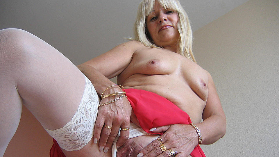 Emilia is one hot mature nympho who love