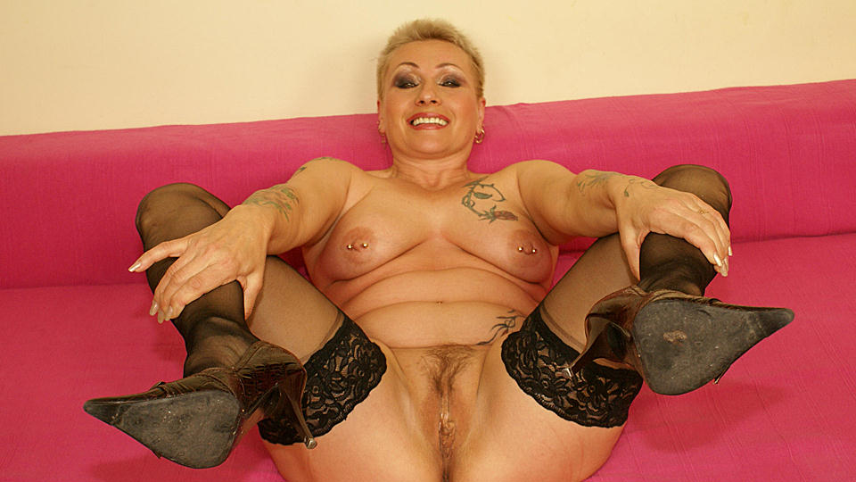 This horny mature slut really loves her