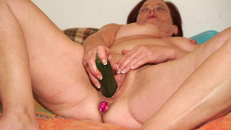 This mature slut loves to play with her own pussy