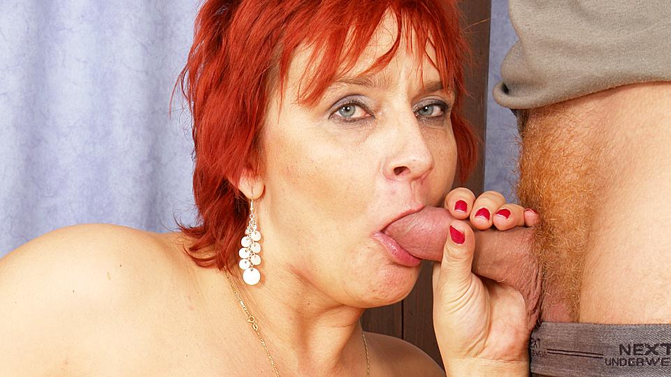 roodharige oma zuigt lekker aan neuklat