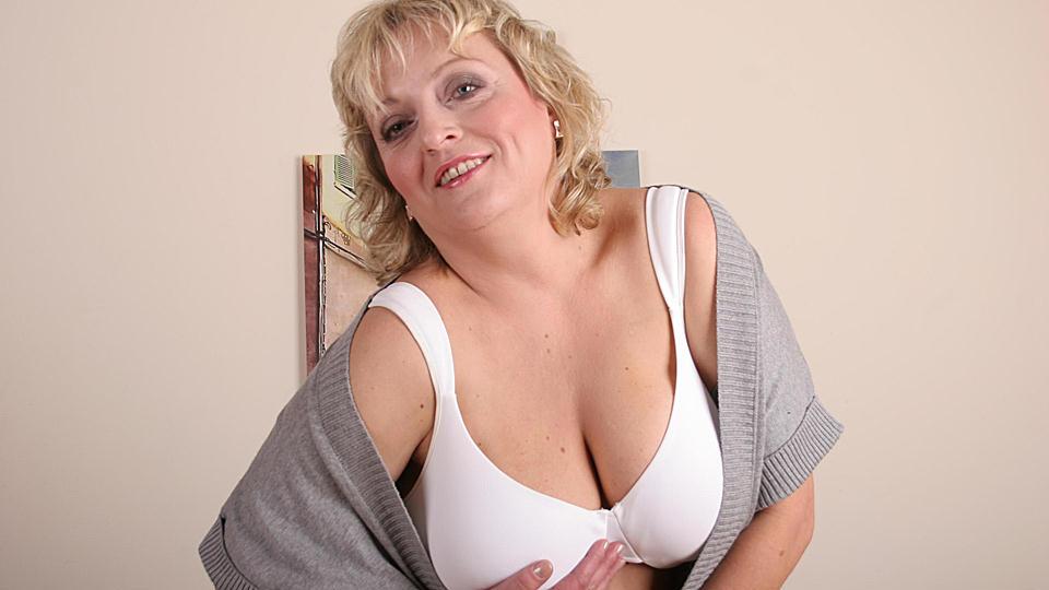 hot pants In de badkamer haalt oma ineens haar ouwe kut tevoorschiijn