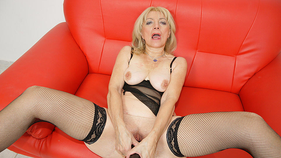 Kinky mature slut getting fisted hard and long