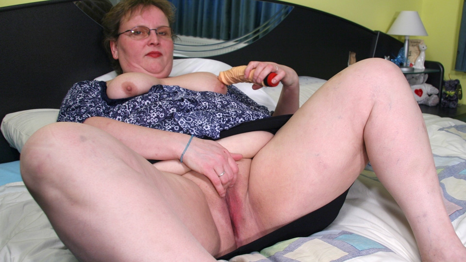 This big housewife playing on her bed