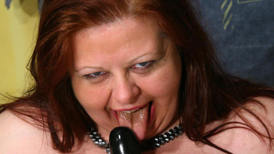 vette oma likt met veel speeksel haar zwarte vibrator