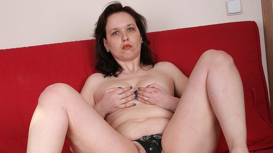 milf met harige omakut speelt met haar kleine borsten