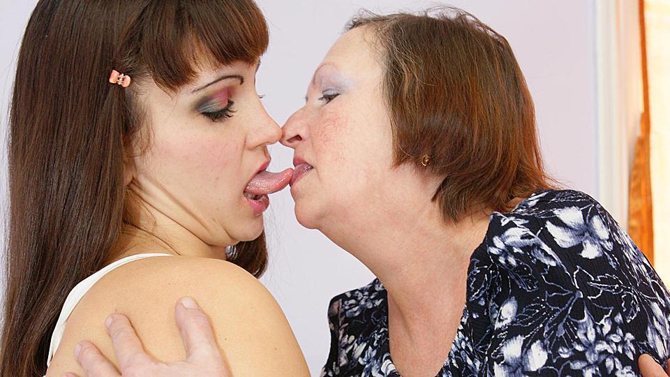 kleindochter voor eerste keer lesbische incest sex met oma