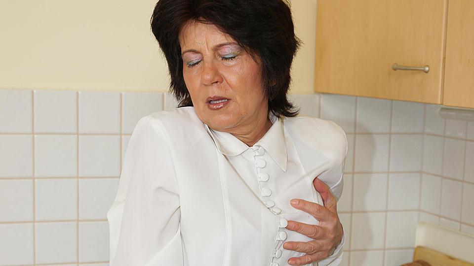Vieille mémé fistée dans sa cuisine