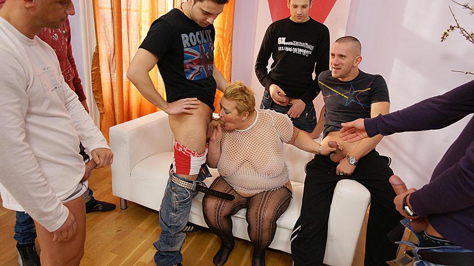dikke oma hoer heeft een gangbang met jonge mannen