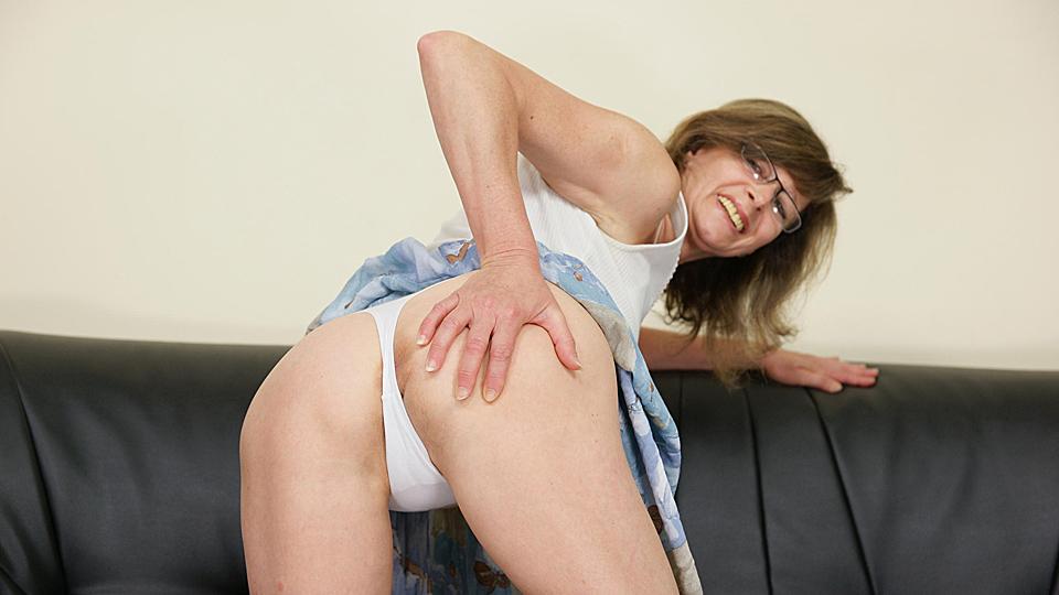 oma bukt voorover om anaal in sterretje geneukt te worden