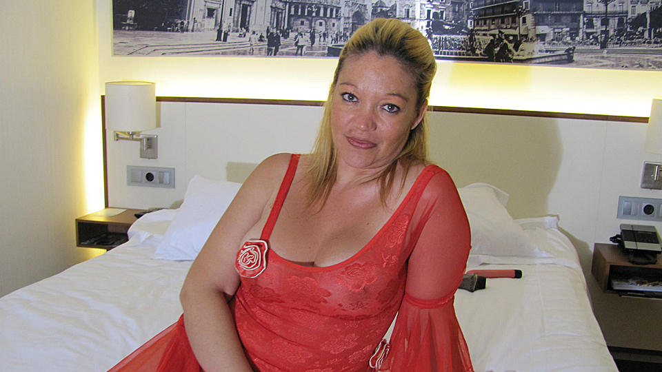 Mature-nl Big titted mama playing with herself