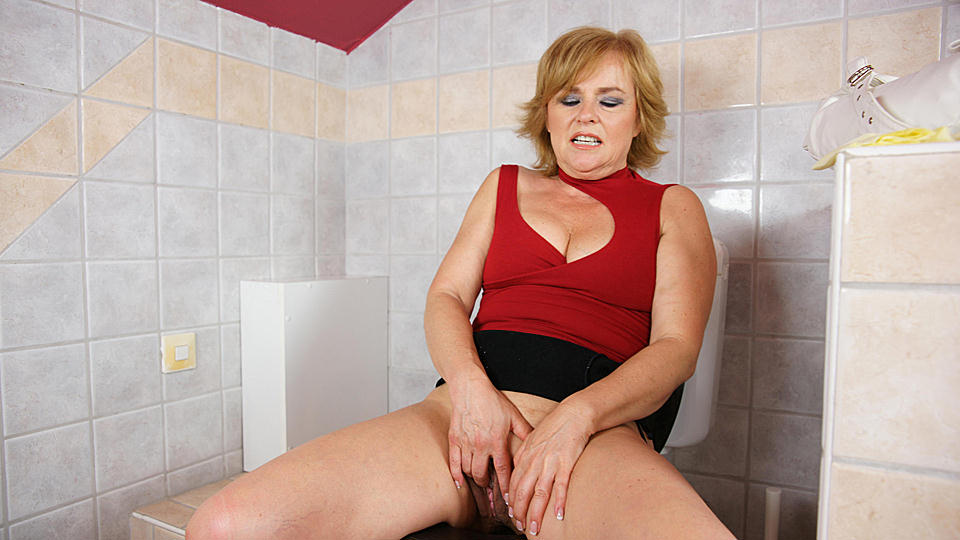 Hot blonde mature lady playing with hers