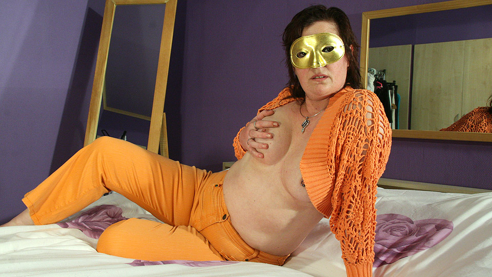 Mature-nl Masked mature slut playing with her pussy