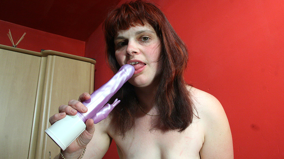 Squirting mature slut having a blast