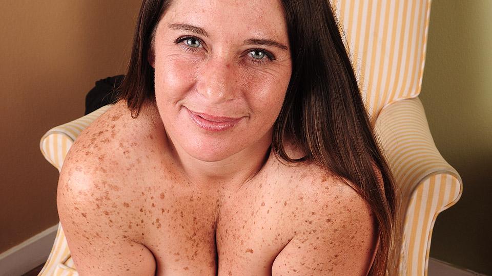 geile oma heeft moedervlekken op haar naakte lichaam